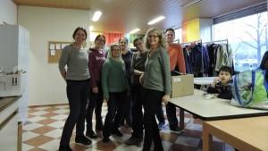 Das Spenden-Team bei der Kleiderausgabe