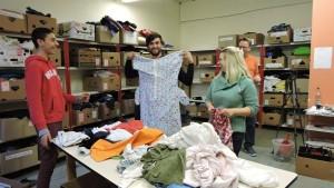 Ehrenamtliche Helfer, auch aus aus den Reihen der Flüchtlinge, bei der Sortierung